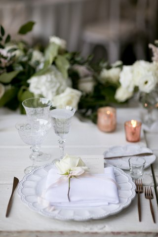 textures-charger-plate-white-rose-on-each-place-setting