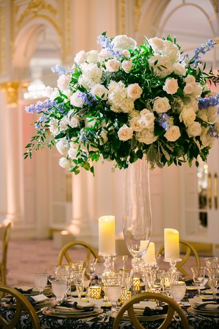 wedding-reception-centerpiece-glass-vase-greenery-white-rose-hydrangea-blue-flowers-candles