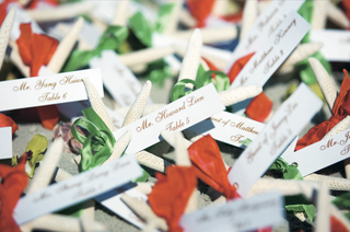 seating-cards-tied-to-starfish-with-orange-and-green-ribbon
