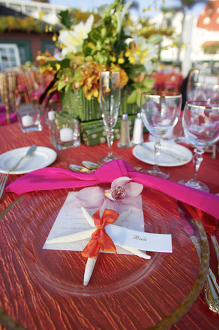 pink-tablecloth-with-green-centerpiece-and-starfish-details