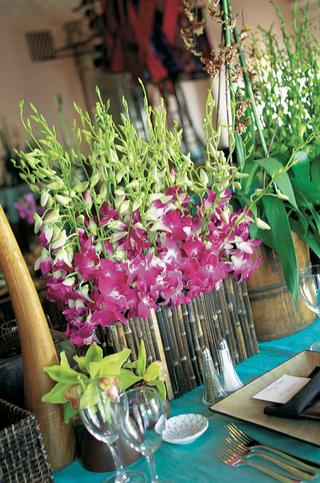 teal-tablecloths-with-unique-floral-arrangements