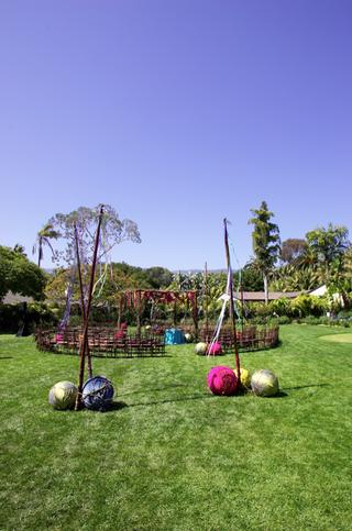 outdoor-wedding-in-the-round-on-grass