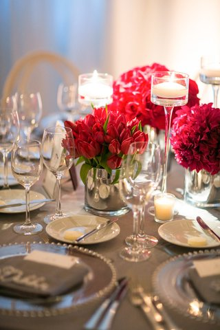 red-bloom-concept-round-table-reception-california-wedding-candles-gray-chargers