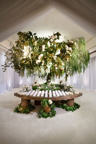 enchanted-forest-escort-card-table-green-leaves-white-flowers-wood-tree-trunk-stumps