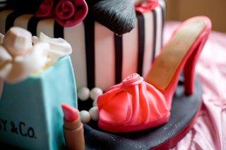 pink-heel-and-tiffany-bag-on-cake-base