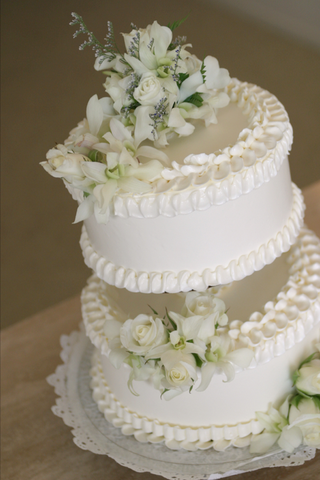 two-layer-cake-with-white-flowers