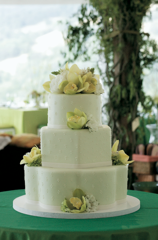 green-wedding-cake-with-green-and-white-flowers