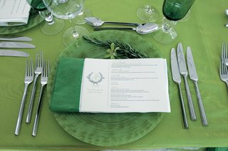 wedding-reception-place-setting-with-green-tablecloth-napkin-and-glasses