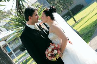 newlyweds-kiss-on-grass