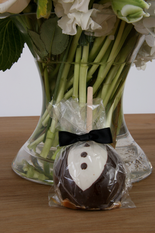 chocolate-covered-apple-that-looks-like-tuxedo