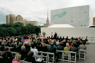 guests-watch-wedding-ceremony-outside-of-minneapolis-art-museum