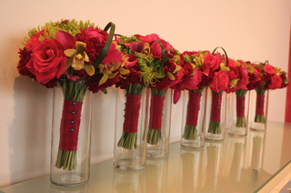 vases-in-a-line-filled-with-bridesmaids-bouquet