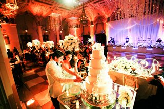 brandon-dubinsky-and-wife-cut-five-tiered-white-cake
