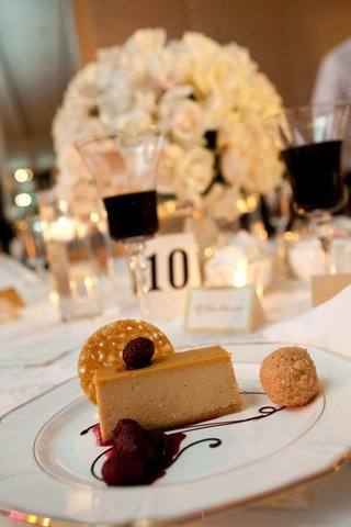 wedding-dessert-cheesecake-with-raspberries