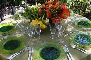 wedding-reception-table-with-lime-green-charger-plates