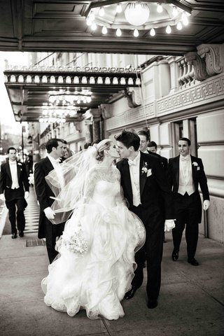 b-w-photo-of-bride-and-groom-kiss-in-nyc