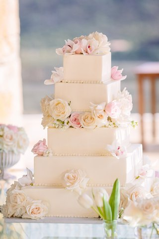 wedding-cake-with-clean-lines-square-tiers-fresh-flowers