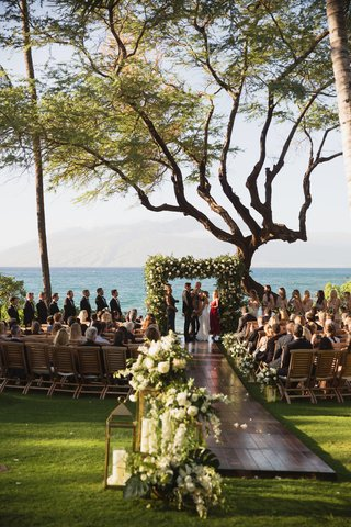destination-wedding-in-maui-maui-wedding-overlooking-the-ocean-wooden-aisle