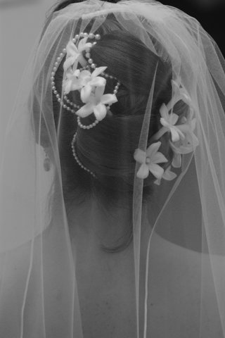 black-and-white-picture-of-wedding-hairstyle-with-pearls-flowers-and-veil