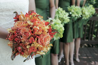 brides-red-bouquet-with-bridesmaids-green-bouquets