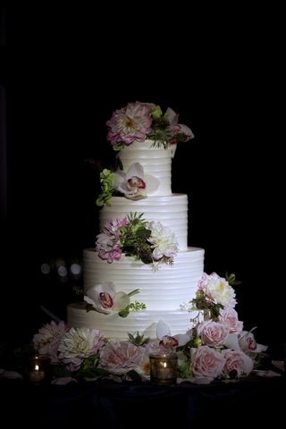 white-round-cake-with-strips-and-garden-roses