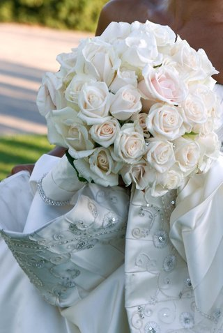 dozens-of-roses-composed-the-brides-bouquet