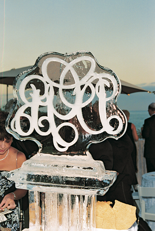 ice-sculpture-monogrammed-with-couples-initials