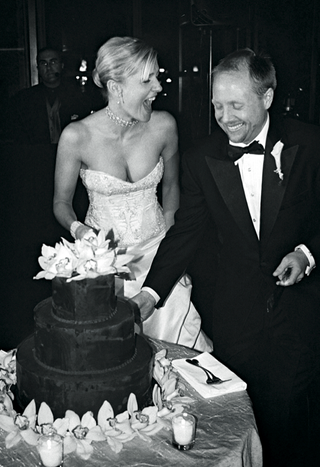 black-and-white-picture-of-chocolate-wedding-cake-with-orchids
