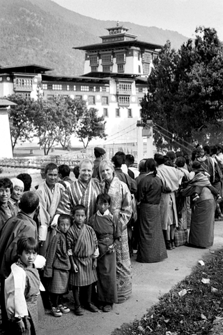 black-and-white-image-of-couple-with-buddhist-wedding-guests-in-bhutan