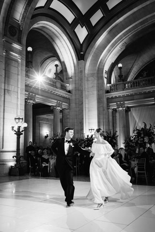black-and-white-photo-of-bride-and-groom-preparing-for-first-dance-at-wedding-reception
