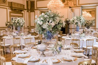 ballroom-wedding-reception-round-table-gold-chairs-charger-plates-blue-white-chinoiserie-vase-white