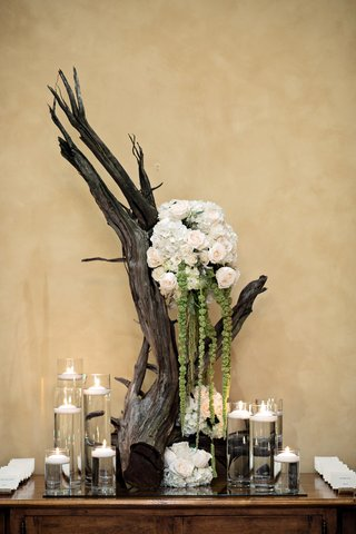 bouquet-of-rose-and-amaranthus-on-branch-trunk