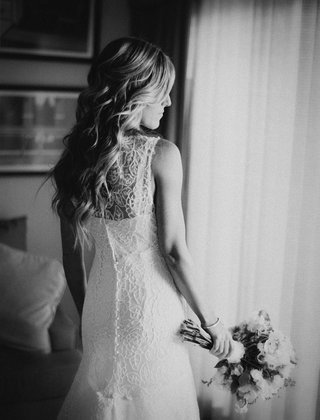 black-and-white-photo-of-bride-in-lace-monique-lhuillier-dress