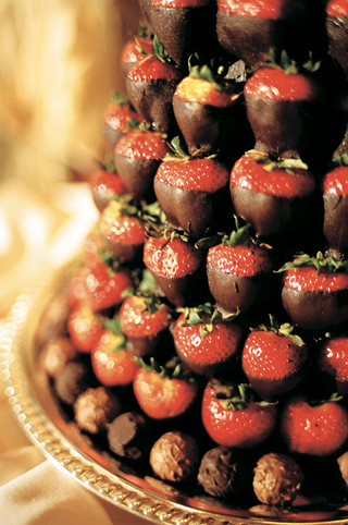 tower-of-chocolate-strawberry-fruits-and-truffle-rim