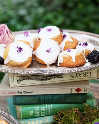 outdoor-wedding-reception-with-teacakes-on-a-stack-of-books