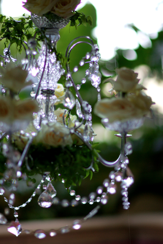 sparkly-crystal-chandelier-with-white-roses