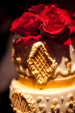 wedding-cake-with-red-roses-on-top