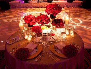 couples-table-with-gold-details-and-red-flowers