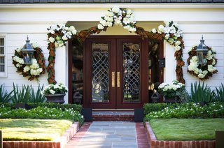 private-manor-residence-wedding-venue-with-white-flower-and-magnolia-leaf-garland-decorations