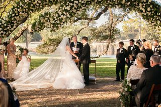wedding-ceremony-under-tree-at-houston-oaks-country-club-bride-in-monique-lhuillier-wedding-dress
