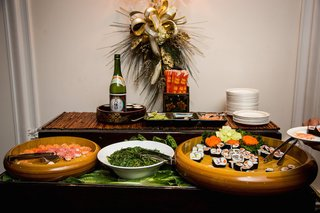 wedding-cocktail-hour-with-sushi-in-round-wood-bowls-sake-greens