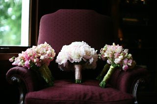 bridesmaid-bouquets-with-pink-white-and-green-flowers