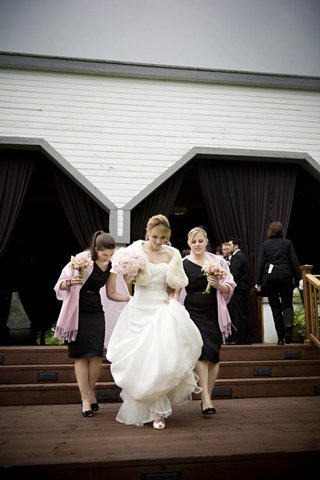 bridesmaids-wearing-black-dresses-and-pink-pashminas