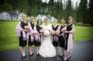 bridesmaids-wear-black-dresses-and-lavender-pashminas