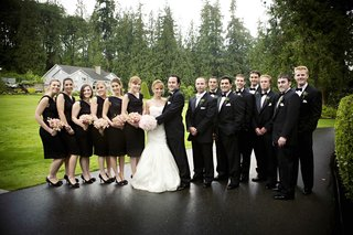 bride-and-groom-with-their-wedding-party