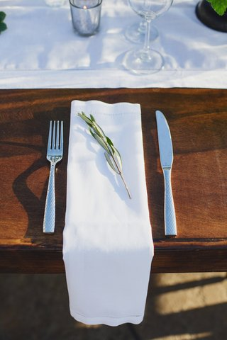 rustic-wedding-place-setting-with-green-sprig