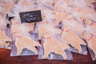 wedding-favor-cookies-shaped-like-dog-golden-retriever