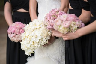 bride-with-bouquet-of-ivory-flowers-bridesmaids-with-pink-bouquets