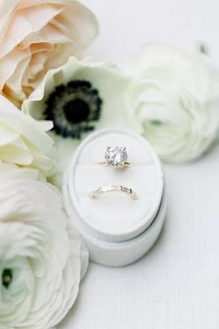large-round-diamond-on-solitaire-band-wedding-band-with-pave-baguettes-rings-in-oval-ring-box