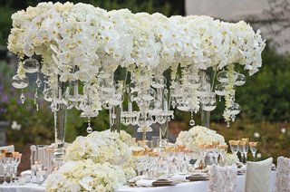 wedding-tablescape-with-orchids-hydrangeas-roses-gold-details